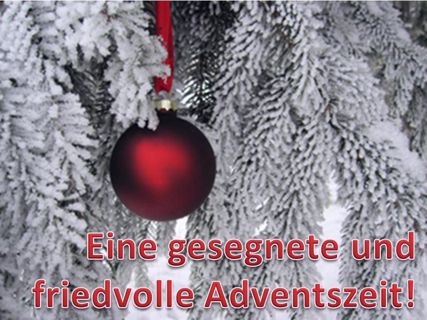 Weihnachtskugel hängt auf gefrorenen Zweigen